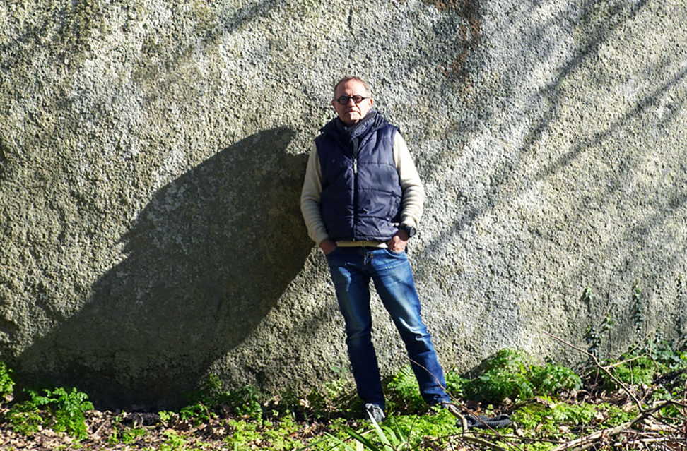 Fred-Buisson devant menhir